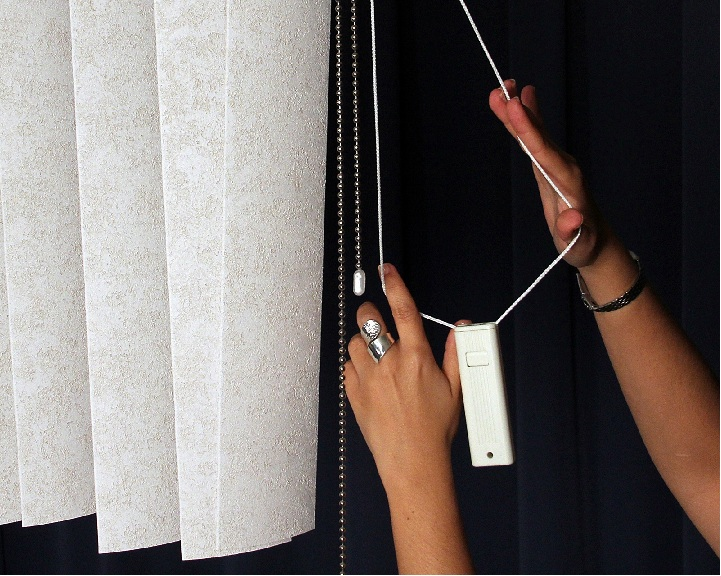 Picture of recalled vertical window blind showing cord